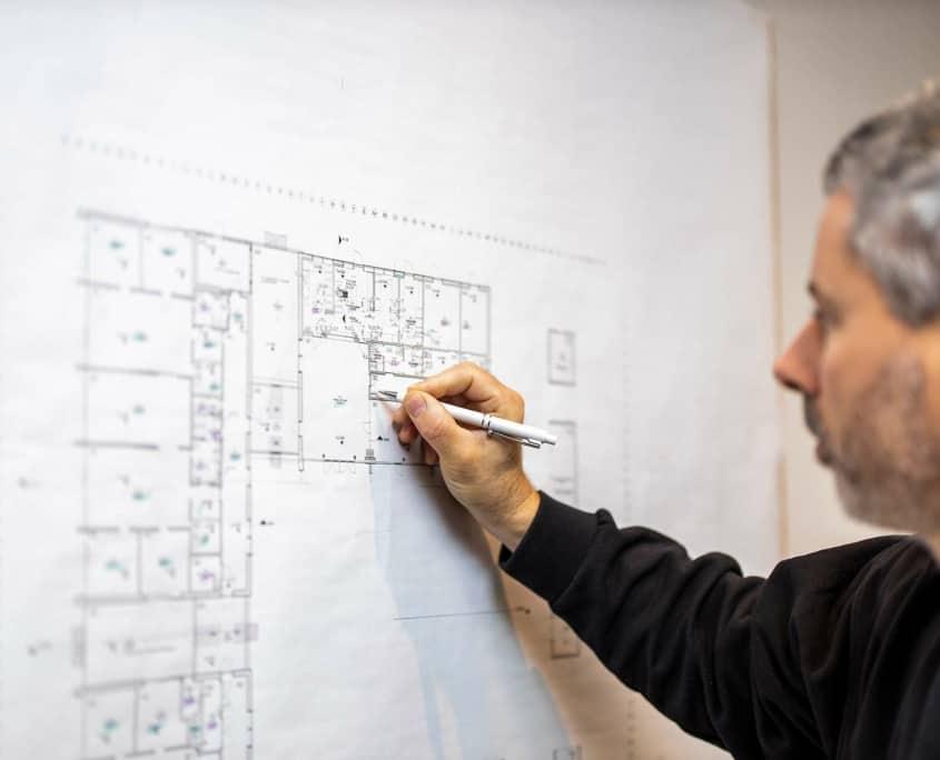 Driftchef, Anders Leth Bach tegner på plantegningen